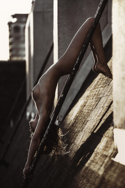 nue sur les toits
