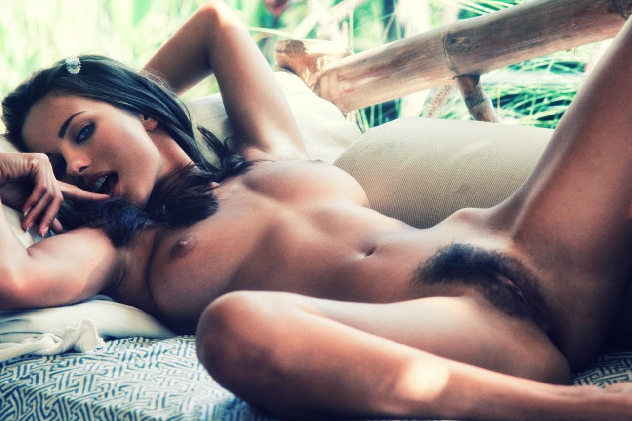 bronzette nue poilue