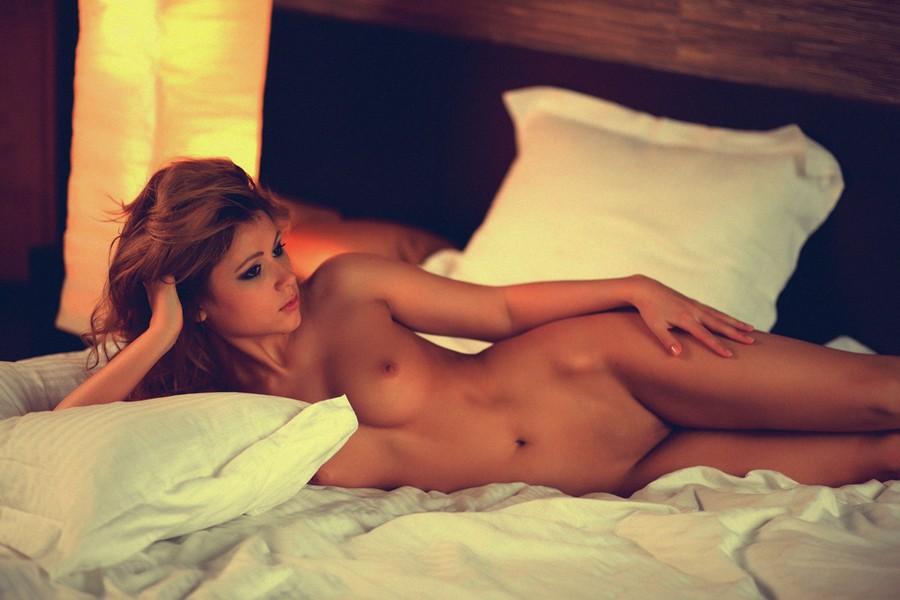 nue dans la chambre
