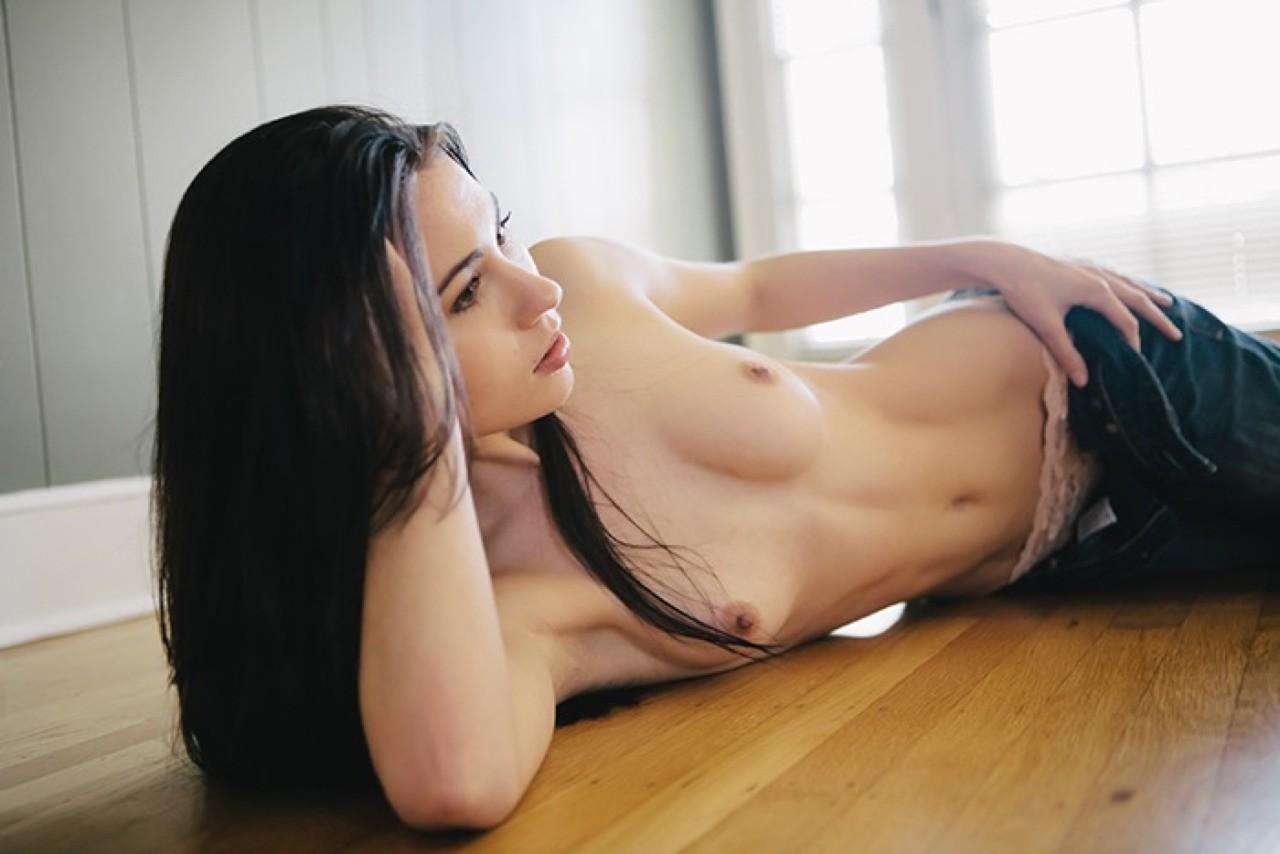 nue sur son parquet
