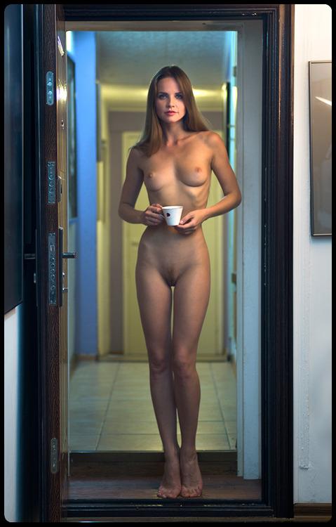 femme nue boit son café