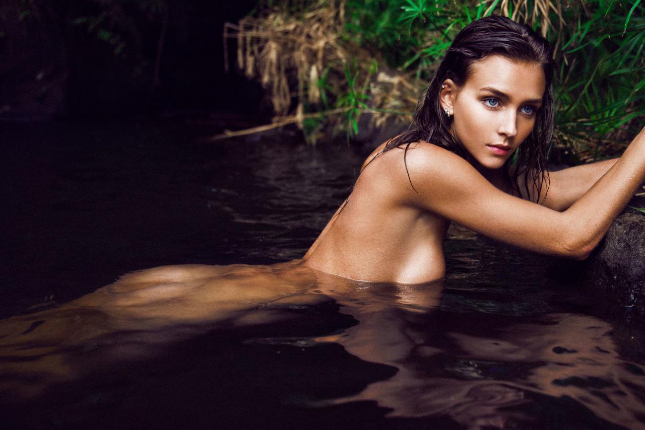 femme nue dans un lac