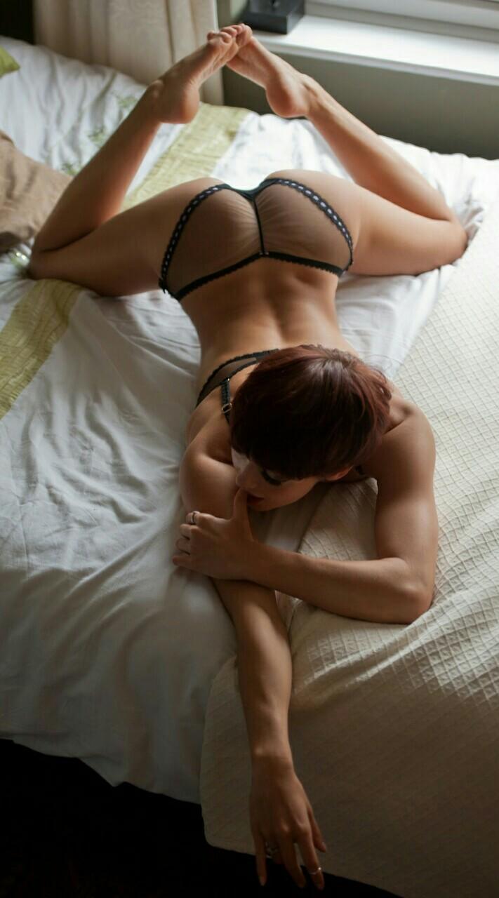 fille nue sur son lit