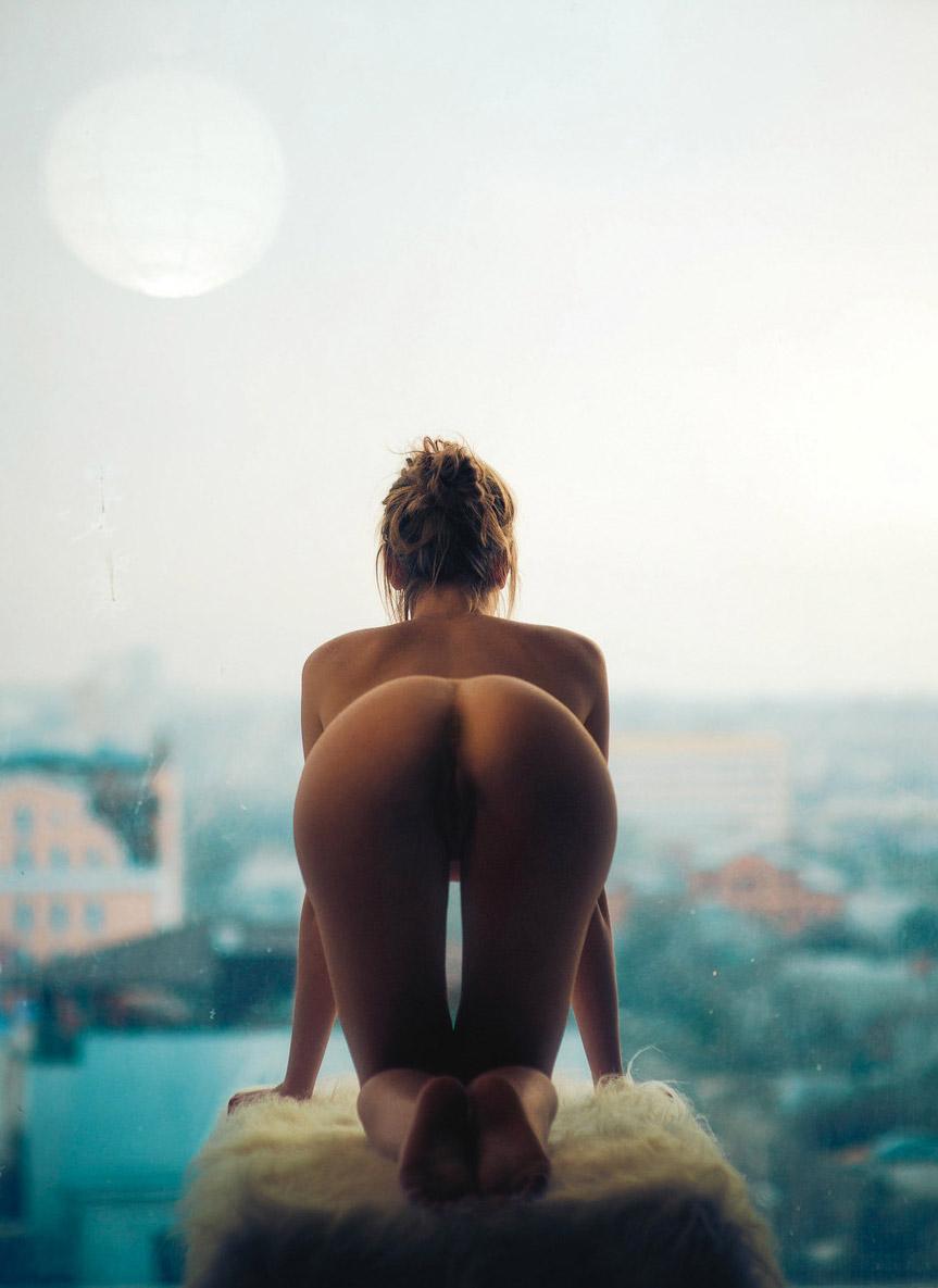 femme nue a 4 pattes
