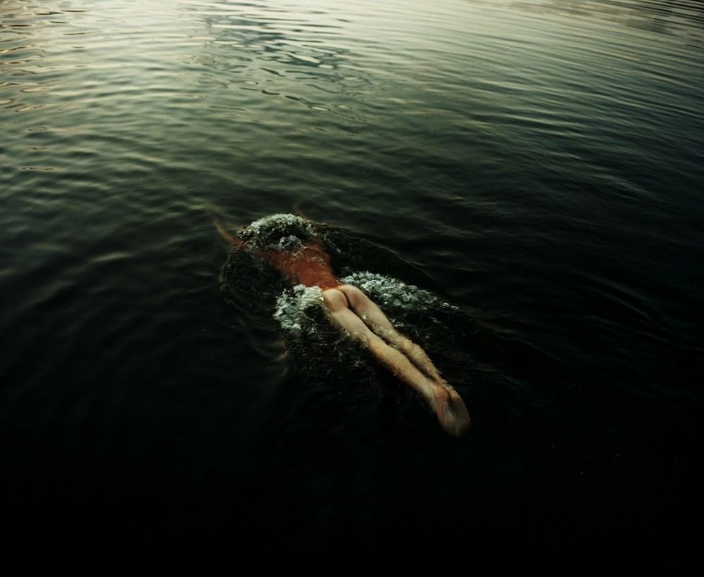 nue dans l'océan