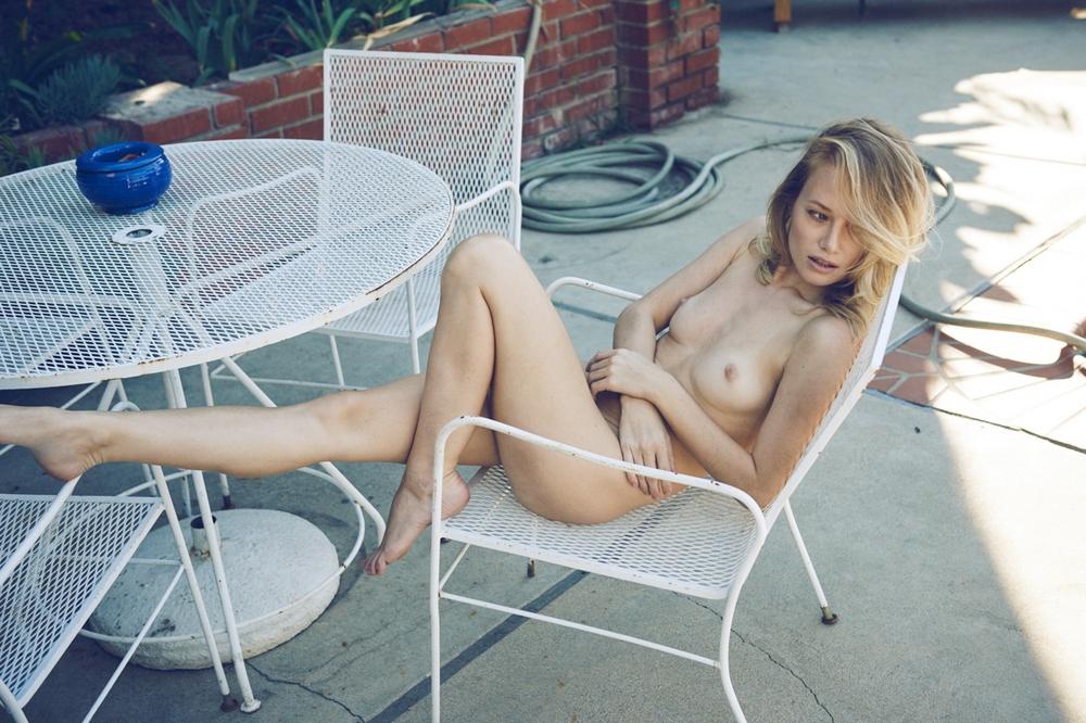 femme nue en terrasse