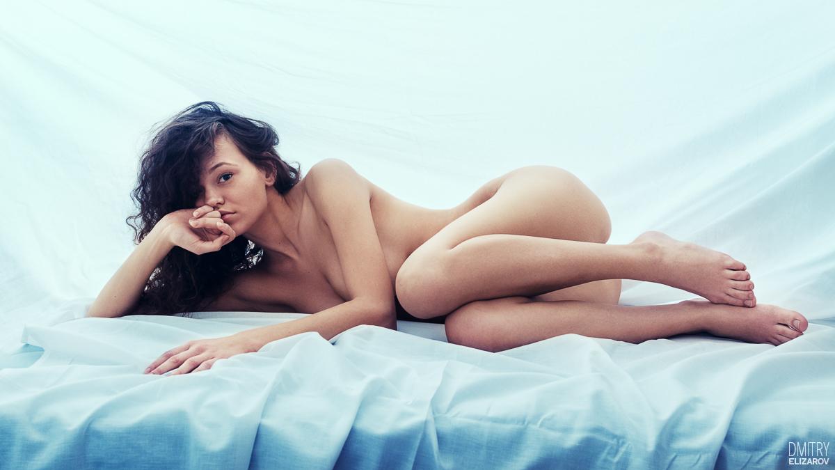 nue sur le côté