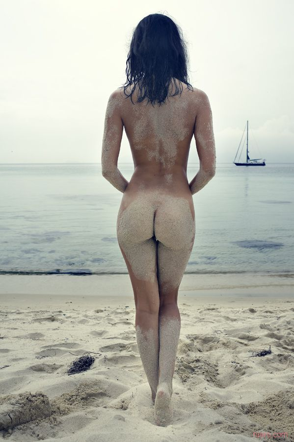 nue dans le sable