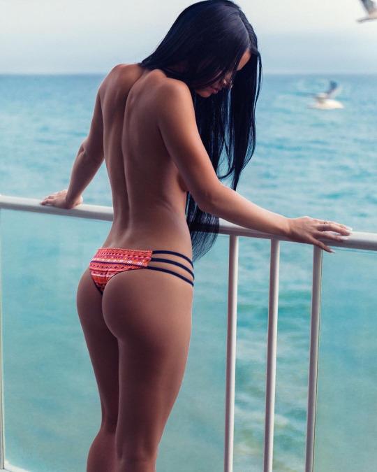 bonsoir-mademoiselle-topless