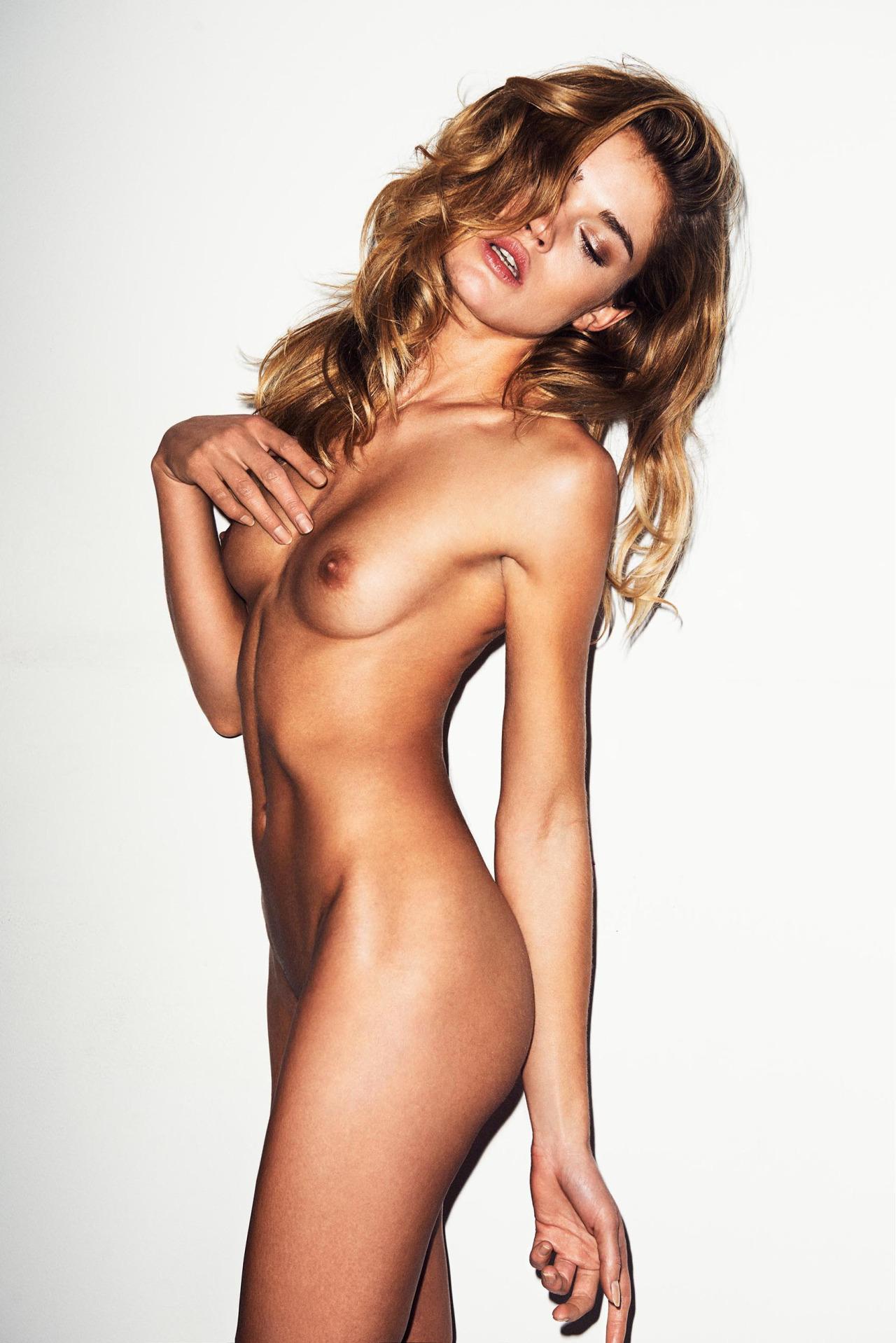 belle femme nue devant tout le monde