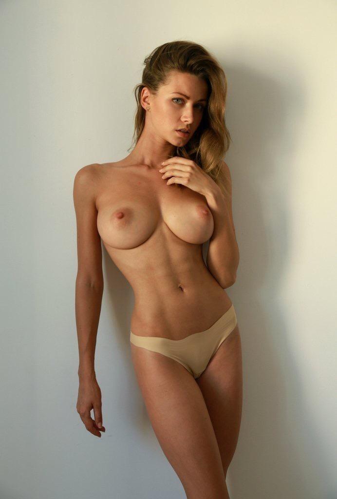 belle femme nue gros seins