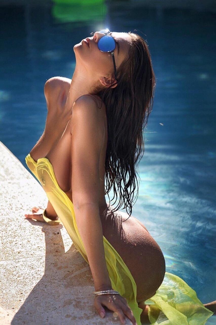 jeune fille nue à la piscine
