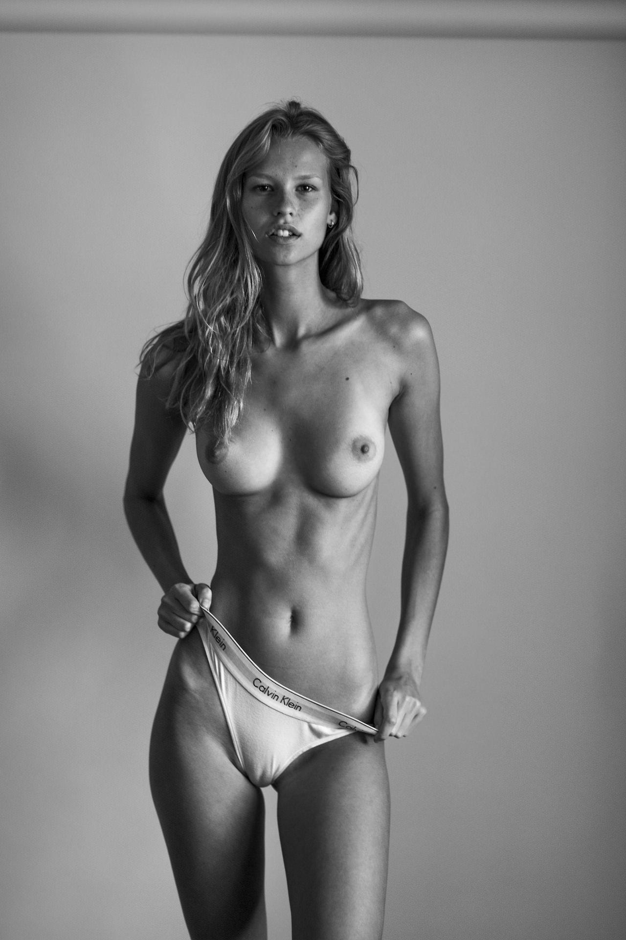 jolie blonde aux gros seins
