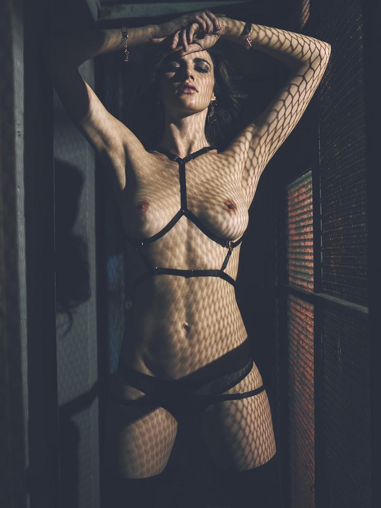 nue en prison